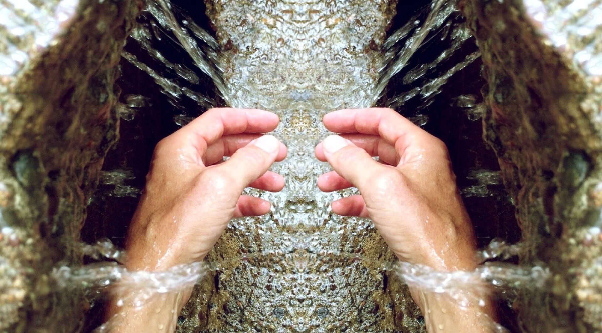 hands-809870_1920_edit